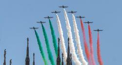 Esquadrilha da fumaça italiana colore os céus de cidades atingidas pelo coronavírus